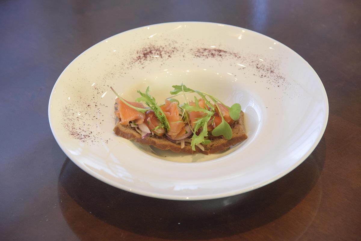 Crocante de chocolate con trucha curada y ensalada de cebolla morada, vinagreta de oliva y aceto (3)